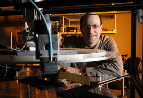 David Smith, de la Duke University, en Caroline du nord (Etats-Unis), créateur de métamatériaux à indice de réfraction négatif. Crédit : Duke University.
