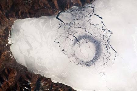 *Des curieux cercles dans la glace intriguent la NASA RTEmagicC_Baikal-030609a.jpg