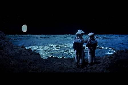 Un radar terrestre cherche de l'eau sur le pôle sud de la Lune RTEmagicC_astronauts-clavius.jpg