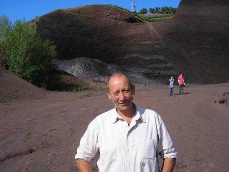 Cliquez pour agrandir. Haroun Tazieff jeune ? Non, Frédéric Lavachery, son fils, lors d'une sortie sur le terrain à la carrière du volcan de la Denise, près du Puy-en-Velay.