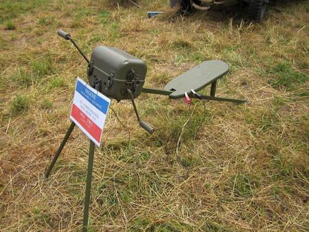 La fameuse « gégène », comme les militaires l'appelaient, était un instrument de torture utilisé par l'armée française. Il s'agit d'une dynamo manuelle qui générait un courant électrique qui circulait dans le corps de la victime. Pourtant, à l'origine, elle devait fournir de l'énergie aux téléphones.