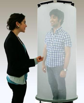 Telehuman diffuse une vidéo holographique grandeur nature de l'interlocuteur en 3D.