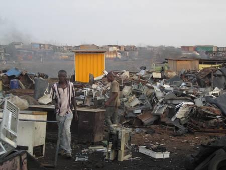 Une décharge de déchets d'équipements électriques et électroniques (DEEE), au Ghana. C'est ici que sont brûlés, à même le sol, les appareils électroniques. La fumée libère entre autres des HAP, ces molécules aromatiques hautement toxiques pour l'Homme et son environnement.
