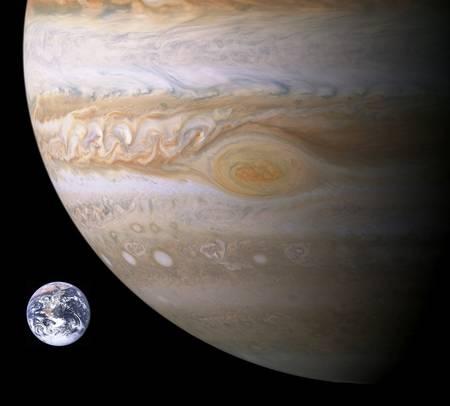 Une vue d'échelle entre la Terre et la Grande Tache Rouge de Jupiter. C'est un anticyclone très stable existant depuis au moins 300 ans dans l'atmosphère de Jupiter.