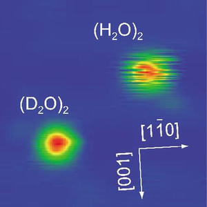 Les images des deux dimères au microscope à effet tunnel. Crédit : Kumagai <em>et al.</em>