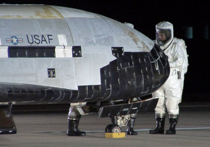 Des nouvelles du X-37B,le prototype secret d'un drone spatiale américain X37B_retourDec2010_USAF_01a_02