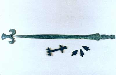 Épée de bronze et bouterolle (Sundhoffen, début VIIe s. av. JC)  © André Beauquel