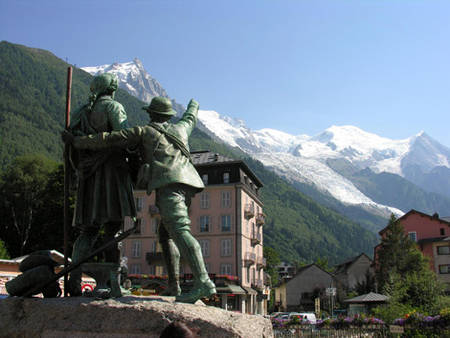 statues sur la place de Chamonix